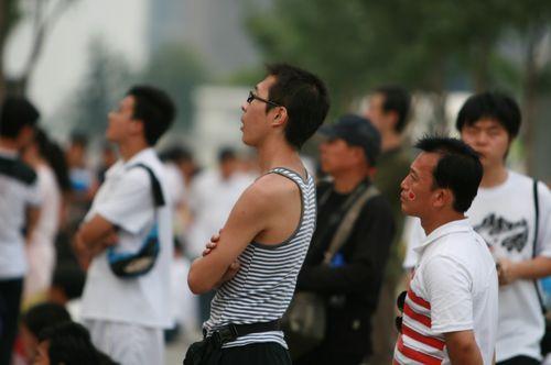 图文:奥运闭幕式观众开始入场 观看篮球决赛