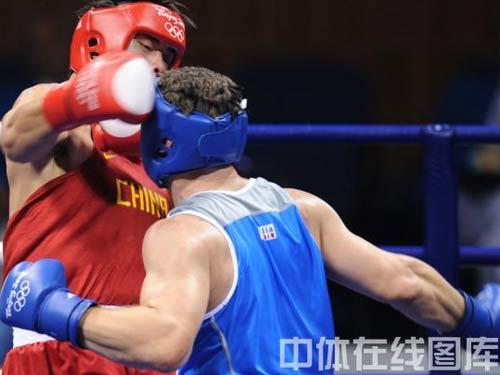 图文:91公斤级以上级张志磊摘银 击中头部