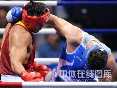 图文:91公斤级以上级张志磊摘银 激烈拼斗
