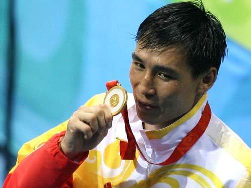 图文:91公斤级以上级张志磊摘银 展示金牌