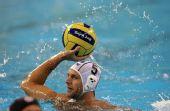 图文:男子水球匈牙利夺冠 卡绍什在比赛中传球