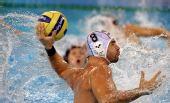 图文:男子水球匈牙利夺冠 拜奈代克射门