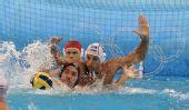 图文:男子水球匈牙利夺冠 防守对方球员