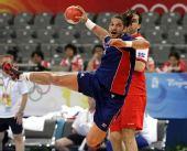 图文:手球男子决赛法国夺冠 吉勒进攻