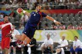 图文:手球男子决赛法国夺冠 空中英姿