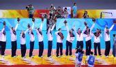 图文:奥运男排决赛美国夺冠 美国队员飞吻观众
