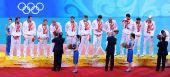 图文:奥运男排决赛俄罗斯铜牌 俄罗斯队员颁奖