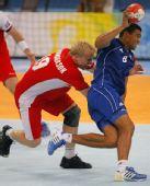 图文:手球男子决赛法国夺冠 纳西斯带球进攻