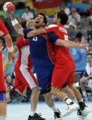 图文:手球男子决赛法国夺冠 卡拉巴蒂奇遭夹击