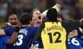 图文:手球男子决赛法国夺冠 全队拥抱在一起