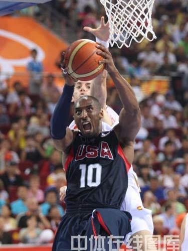 图文:奥运男篮决赛美国队夺冠 科比上篮