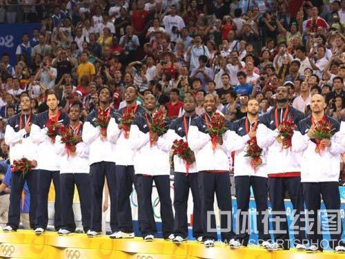 图文:奥运男篮决赛美国队夺冠 领奖台上