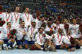 图文:手球男子决赛法国夺冠 颁奖仪式后合影