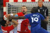 图文:手球男子决赛法国夺冠 阿巴洛中防守