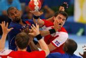 图文:手球男子决赛法国夺冠 法国队球员阻截