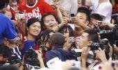 图文:美国男篮夺冠 科比获胜后亲吻妻子
