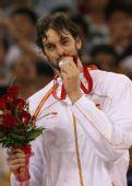 图文:美国男篮夺冠 亲吻银牌