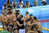 图文:水球男子匈牙利夺冠 夺冠后一一拥抱问候
