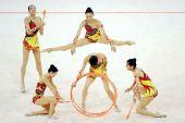 图文:中国队获得集体全能亚军 表演服装新颖