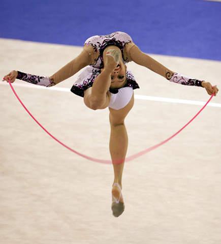 图文:艺体美女演绎高难度动作  最佳动作