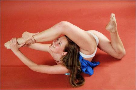 图文:艺体美女演绎高难度动作  赛场高手