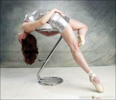 图文:艺体美女演绎高难度动作  银色衣装
