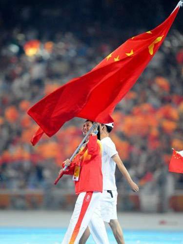 图文:闭幕式代表团入场 张宁举旗入场