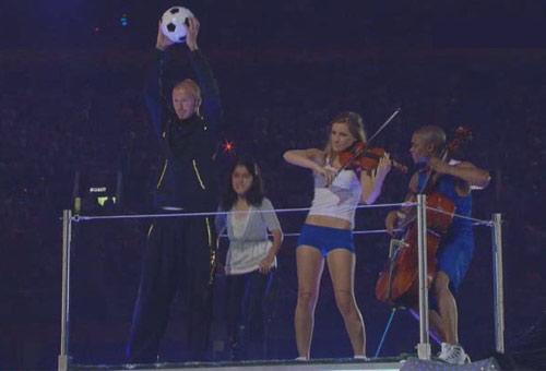 图文:北京奥运会闭幕式 贝克汉姆表演贝氏弧线