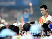图文:闭幕式上运动员入场 姚明在人群中