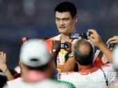图文:闭幕式上运动员入场 小巨人姚明