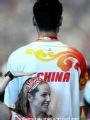 图文:闭幕式上运动员入场 美女和姚明比身高