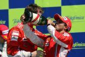 图文:[F1]欧洲大奖赛正赛 马萨喝下胜利的香槟