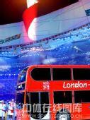 图文:闭幕式上伦敦8分钟表演 红色双层大巴