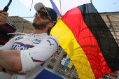 图文:[F1]欧洲大奖赛正赛 海德菲尔德与国旗