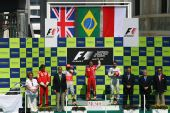 图文:[F1]欧洲大奖赛正赛 赛后的升旗仪式