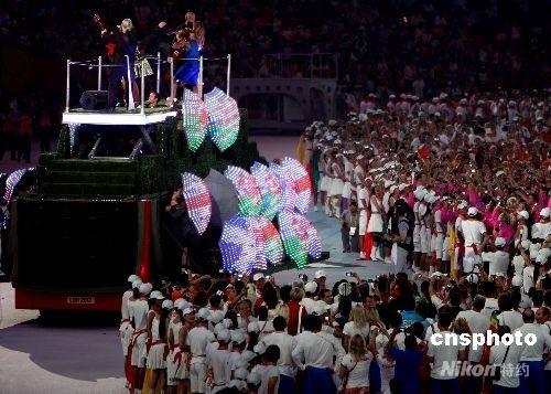 """8月24日晚,北京奥运会闭幕式在奥林匹克公园内的国家体育场举行,下届奥运会主办城市伦敦上演""""伦敦8分钟""""演出,一辆伦敦标志性的双层红色巴士驶入""""鸟巢""""。 中新社发 任晨鸣 摄"""