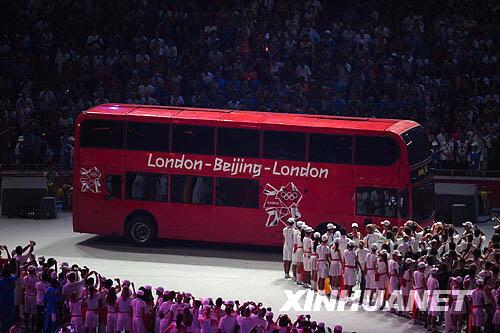 """8月24日晚,第29届夏季奥林匹克运动会闭幕式在北京国家体育场——""""鸟巢""""举行。这是伦敦巴士开进会场。新华社记者郭大岳摄"""