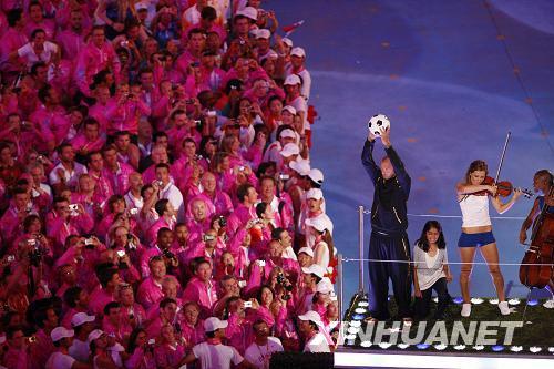 """8月24日,第29届夏季奥运会在北京闭幕。这是闭幕上的""""伦敦8分钟""""表演。伦敦是2012年奥运会主办城市。新华社记者廖宇杰摄"""