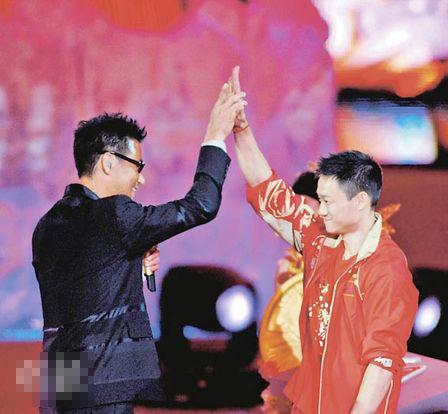 杨威见到偶像张学友非常开心,学友更主动和他击掌,叮嘱他继续努力加油