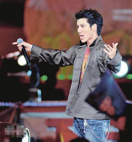 王力宏穿上中国式服装为金牌运动员高歌