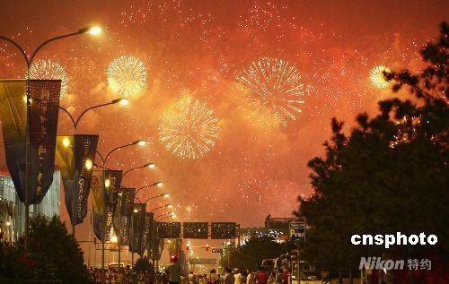 """8月24日晚,第29届夏季奥运会闭幕式在国家体育场""""鸟巢""""举行,在五彩缤纷飞腾的烟花中,北京奥运会圆满闭幕,市民游客万众观看。 中新社发 盛佳鹏 摄"""