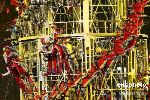 """8月24日晚,北京奥运会闭幕式在奥林匹克公园内的国家体育场举行。高达20多米的""""记忆塔""""缓缓升起,三百多名演员徒手攀登在上面做出各种表演动作,造型变幻令人印象深刻。 中新社发 任晨鸣 摄"""