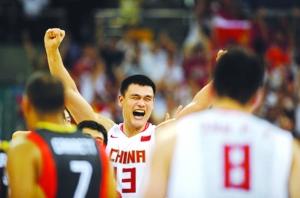 姚明在中国男篮战胜德国队后欢呼胜利