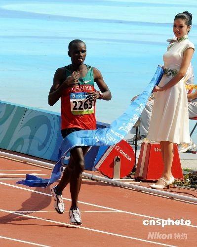 8月24日,奥运马拉松比赛天安门起跑,21岁的肯尼亚田径好手塞缪尔•卡马乌,以刷新奥运纪录的2小时6分32秒佳绩获得金牌。 中新社发 CNAsports 摄