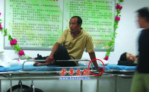 一名受伤的犯罪嫌疑人在医院接受治疗