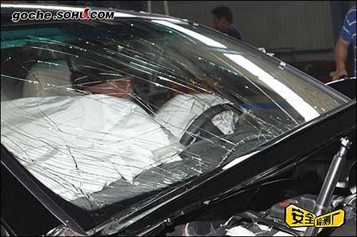 前风挡玻璃出现中度裂痕
