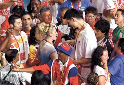 姚明和杰克逊相拥而别,表达着全世界运动员之间的惜惜相别