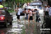 组图:上海遭暴雨袭击 市民涉水过街
