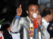 图文:泰国欢迎参加08奥运运动员回国 眼含热泪