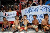 图文:泰国欢迎参加08奥运运动员回国 打拳娃娃